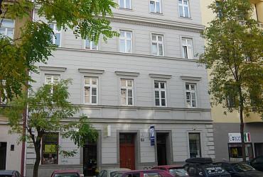 Rychlý prodej 9 bytových a 2 obchodních jednotek v nájemním domě poblíž centra Brna na ulici Grohova
